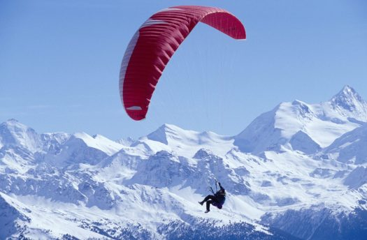 Parapenting in Crans Montana ©Emanuel Ammon/AURA and ©Crans-Montana