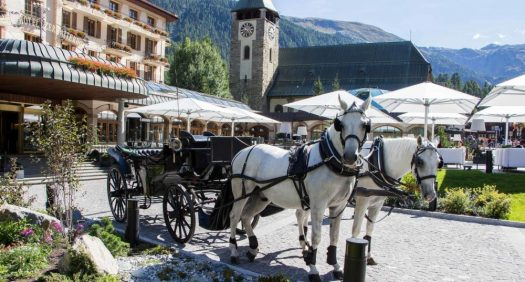 A horse carriage welcomes you into the Zermatterhof.