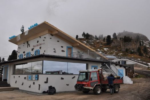 The roof of the Rifugio Comici in Selva Val Gardena was restored in record time.
