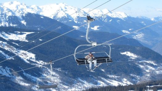 A British skier dies after falling 32 feet from a chairlift in the French resort of Méribel at the 3 Vallées.