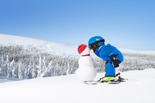 A kid kisses a snowman in the Valle of Salen. Photo Courtesy: SkiStaar. SkiStar showcases record results for the first half of 2018/19.