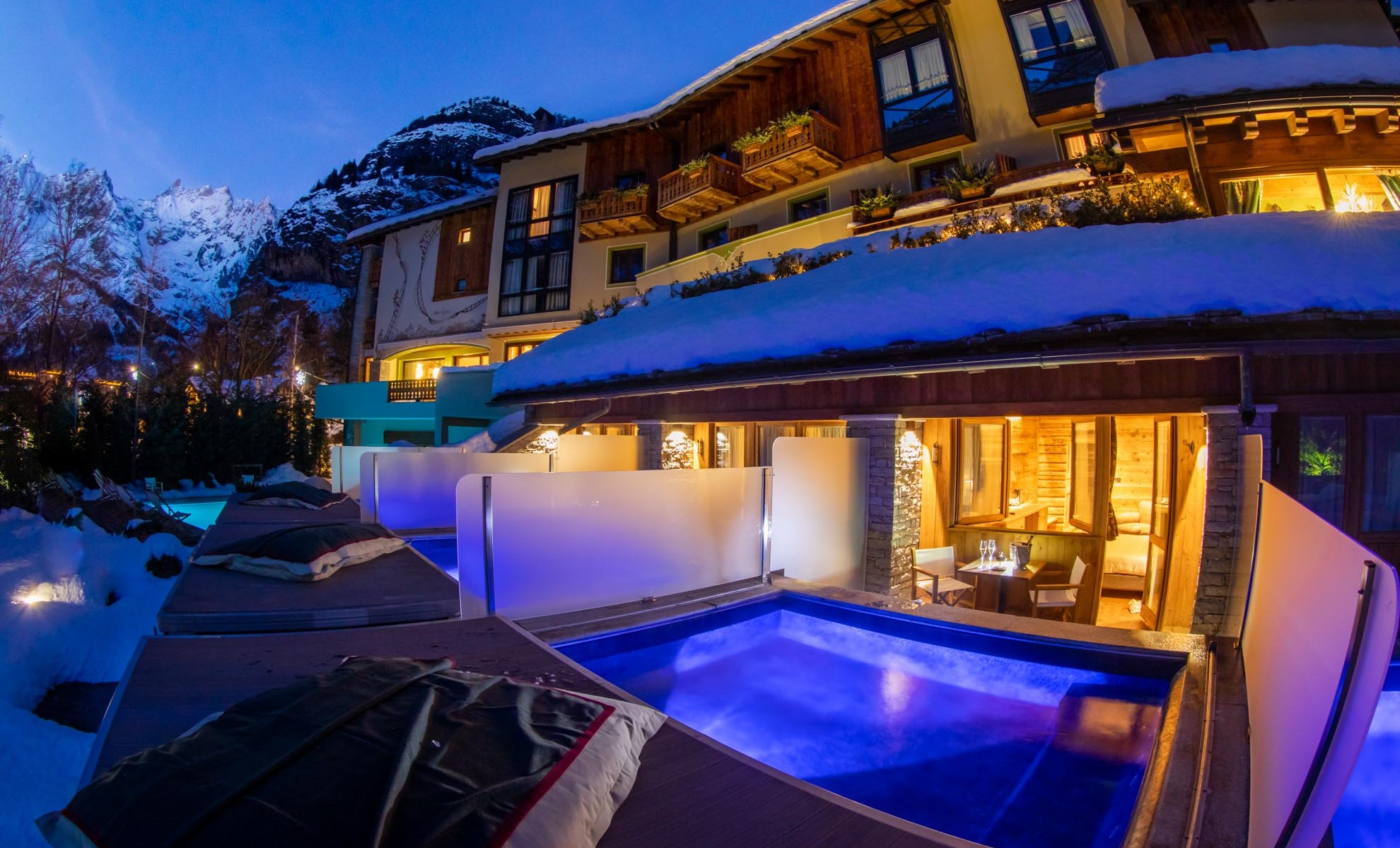 Gran Baita Executive room with outside pool with jacuzzi. Photo: Gran Baita Hotel Courmayeur. Spot on: Gran Baita Hotel – Courmayeur