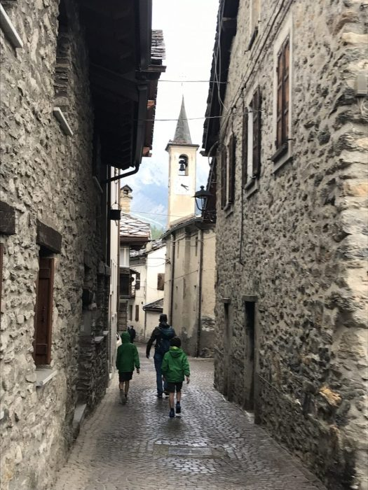 Through the little roads of Dolonne. Photo: The-Ski-Guru. Our summer in the mountains – one week in Courmayeur.
