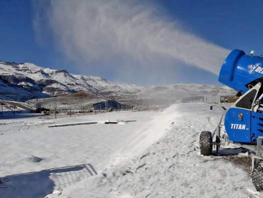 Demaclenko pumping snow in El Colorado. Demaclenko snow systems brings the snow to South America. Photo: Demaclenko.