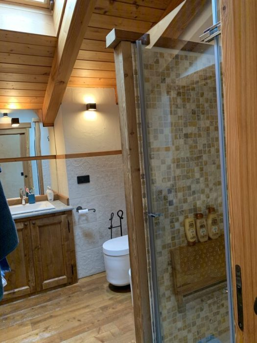 The upstairs shower room at Il Cuore della Valdigne. Stay at the Heart of the Valdigne to ski in Courmayeur, La Thuile and Pila/Aosta.
