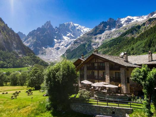 The exterior of L'Auberge de la Maison with the Monte Bianco on the backdrop. Aiguille du Midi vs Punta Helbronner – which one you should do? Book your stay at L'Auberge de la Maison here.