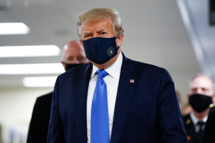 It is the first time that Trump is photographed wearing a facial mask in public