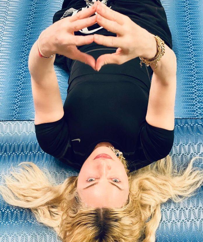 Ella también compartió una foto de sí misma en el suelo