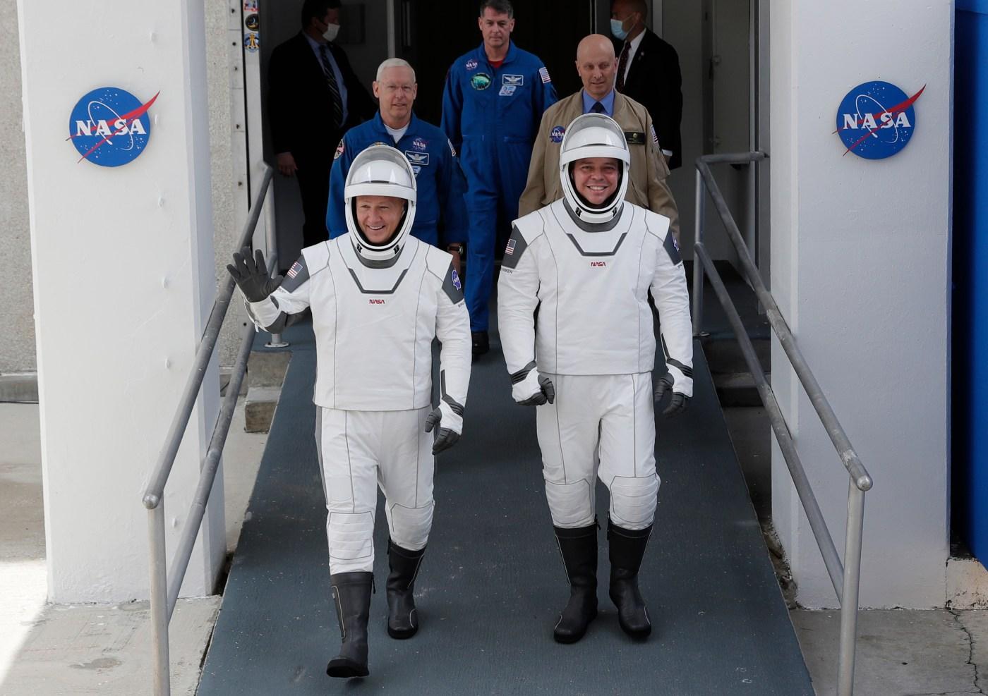 Los astronautas de la NASA Douglas Hurley, a la izquierda, y Bob Behnken se ven aquí antes de su lanzamiento al espacio en mayo