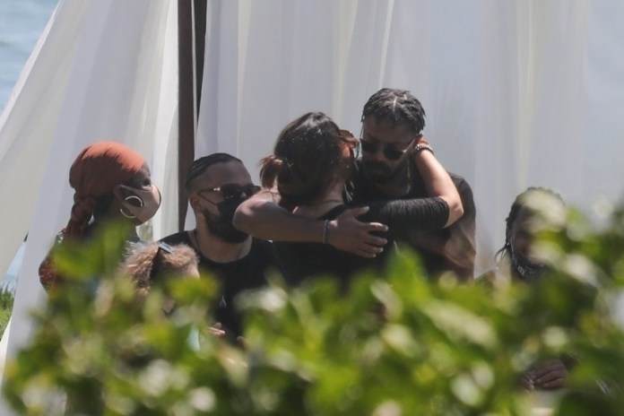 Un doliente fue consolado por el coprotagonista de Boseman, Michael B Jordan