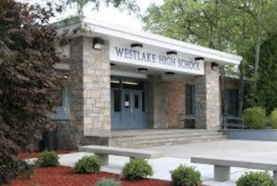 Westlake High School กำลังถูกไฟไหม้สำหรับการ์ตูน