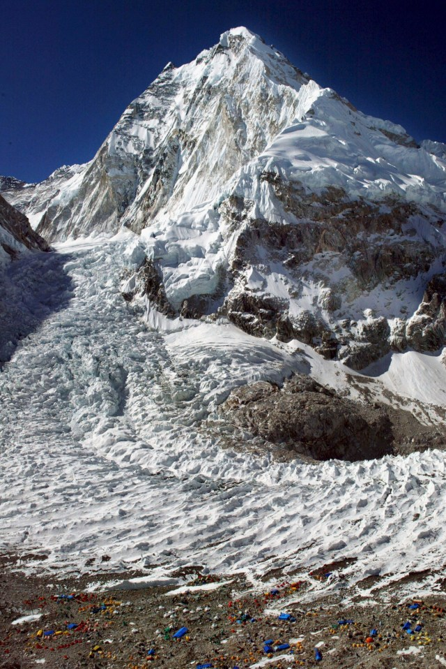 Hundreds of died trying to ascend Mount Everest