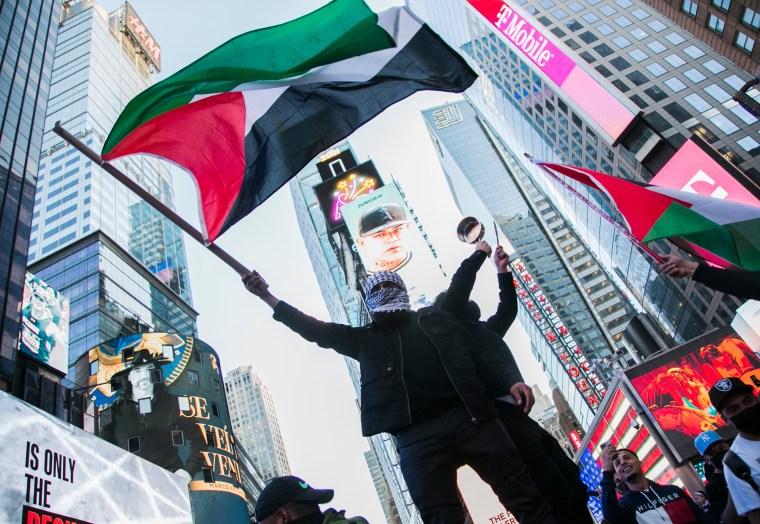 Un hombre ondea la bandera de Palestina cerca de Times Square el martes