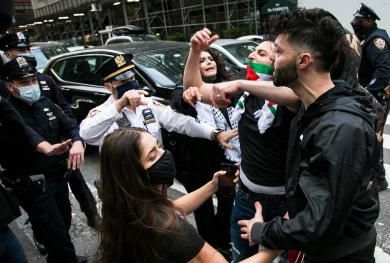Las imágenes publicadas en las redes sociales mostraron una serie de escaramuzas en medio de la calle.