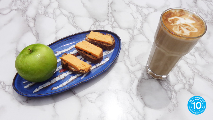 weight-loss snack - Cheese on crackers with an apple & latte