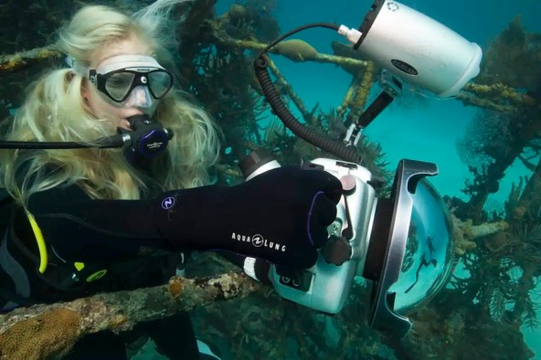 how to take pictures while scuba diving