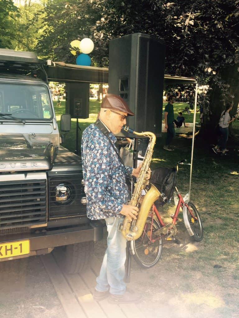 Saxofoonman Rinus op de Sonsbeekmarkt