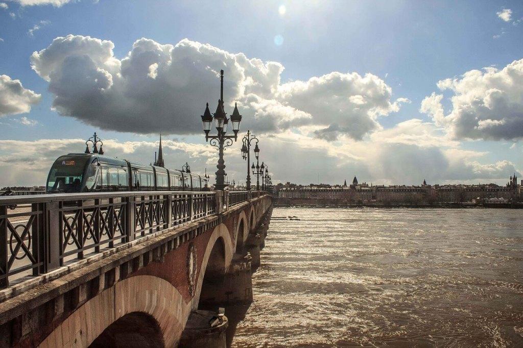 Eén de mooie bruggen in Bordeaux
