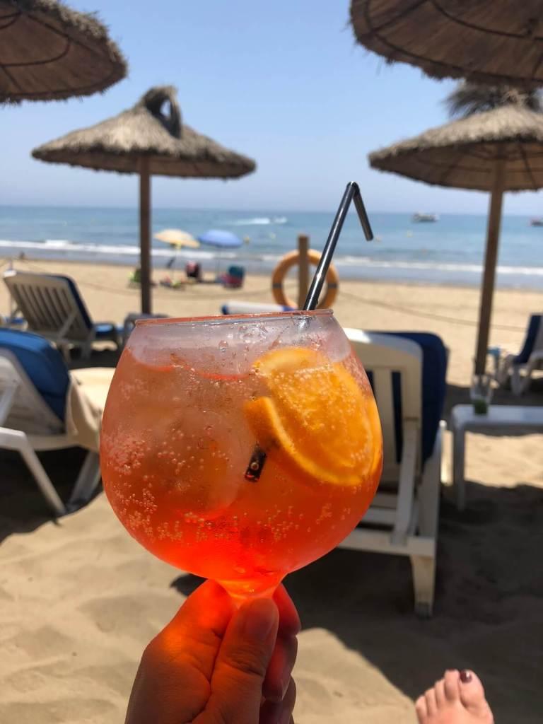 Een Aperol op het strand van Don Carlos Resort en Spa