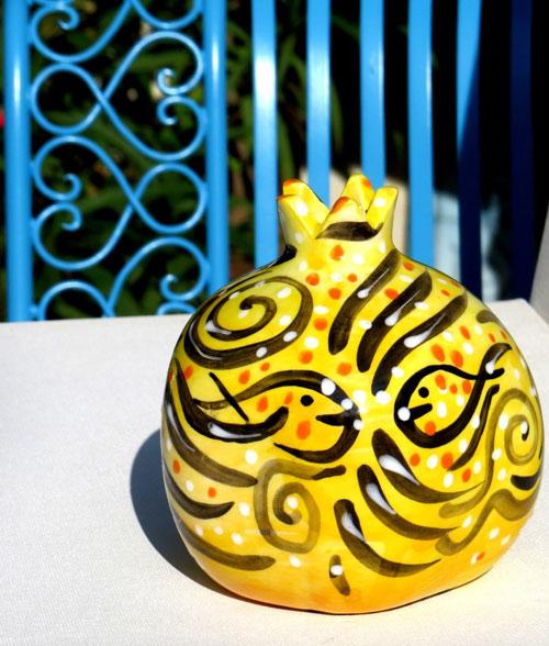 רימון מקרמיקה צהוב בשילוב איורי דגים | סטודיו לאומנות איריס עשת כהן