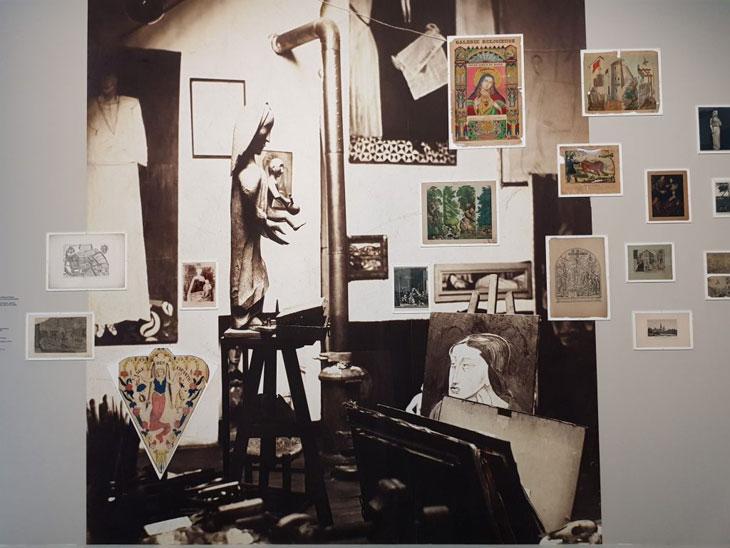 קיר שלום בתערוכה מוקדש לקולאג ' של הסטודיו של האמן . עם קצת דימיון אפשר לראות את האמן בזמן היצירה ..
