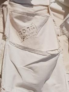 שילה היקס – קווי החיים, קיר הלבן עם כיסים והדפס הדסה ירושלים