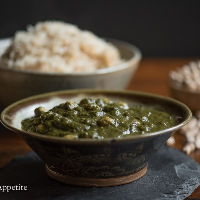 This spinach chickpea curry is healthy and incredibly delicious! A perfect recipe to help get back on track eating well in the new year. Chana Saag / Chickpea Spinach Curry {vegan} from The Artful Appetite