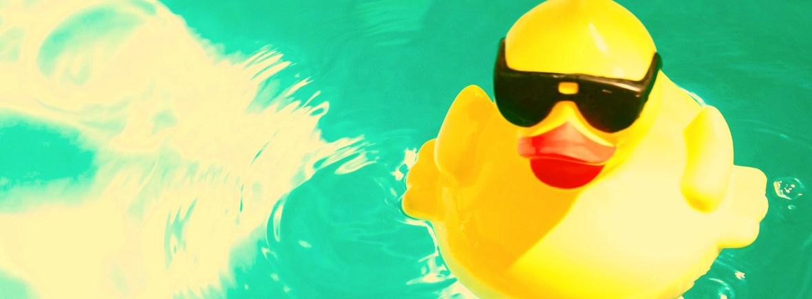 Badeend met zonnebril - Rubber Ducky Alone/Flickr/CC BY/cropped