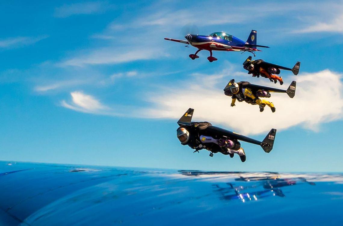 Les trois Jetman, Yves Rossy, Fred Fugen et Vince Reffet en formation serrée avec un Alphajet de la Patrouille de France filmé par Eric Magnan à bord d'un Extra 330 de l'équipe de voltige de l'armée de l'Air, actuelle championne du monde de voltige.