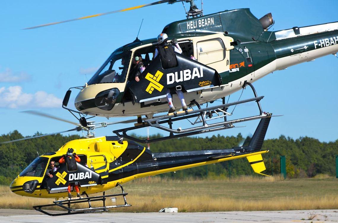 Yves Rossy, Fred Fugen et Vince Reffet décollent pour aller rejoindre la Patrouille de France. L'ascension dure 8 minutes durant lesquelles les 3 Jetman doivent se tenir par la force des bras à l'extérieur de l'hélicoptère avec leur lourd équipement qui pèse 75 kilos.