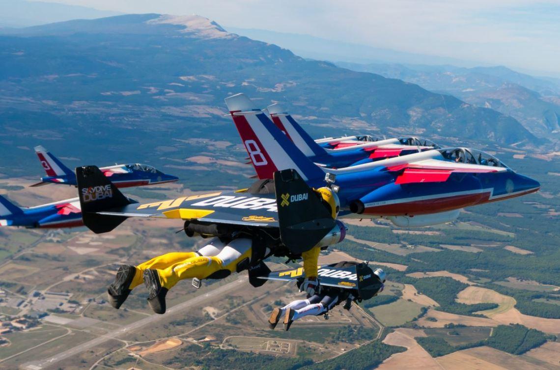 Yves Rossy et Fred Fugen en vol de formation très serrée avec la Patrouille de France. Photo : Vincent Reffet.