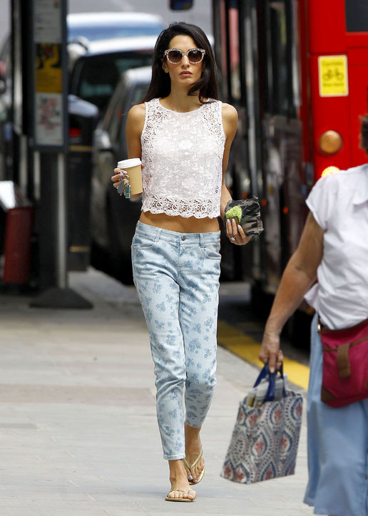 07-amal-alamuddin-printed-jeans-crop-top-outfit-h724