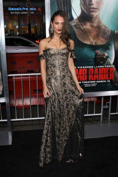 Alicia Vikander in Louis Vuitton alla Tomb Raider' Premiere, Los Angeles
