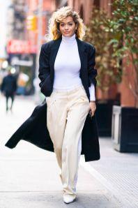 Rita Ora in Wolford top, giacca Vetements e pantaloni Stella McCartney, New York