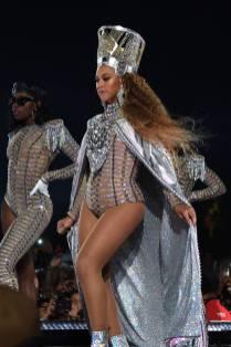Uno dei look di Beyonce in Balmain al Coachella Festival, California