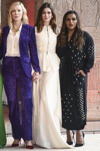Cate Blanchett in Salvatore Ferragamo, Anne Hathaway in Maticevski e Mindy Kaling in Stella McCartney all'Ocean's 8 photocall,New York.