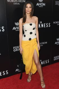 Emily Ratajkowski in Jacquemus alla premiere of In Darkness,Hollywood