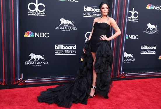 Halsey in Redemption, sandali Roger Vivier ai Billboard Awards 2018