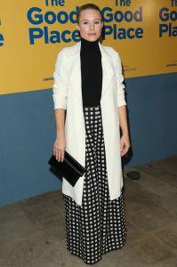 Kristen Bell con Victoria Beckham clutch alla screening of The Good Place, LA