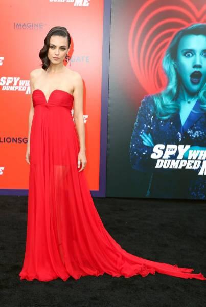 Mila Kunis in Maison Valentino alla 'The Spy Who Dumped Me' film premiere, Los Angeles