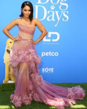 Vanessa Hudgens in Marchesa, sandali Giuseppe Zanotti e gioielli Hueb alla premiere of Dog Days, California