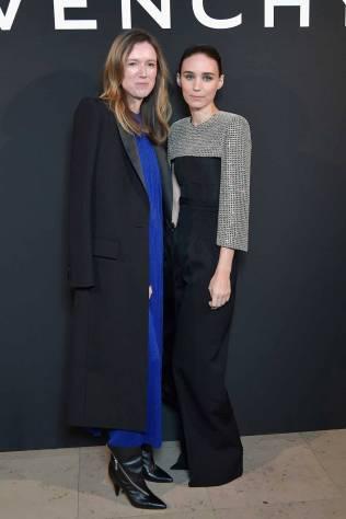 Clara Waight Keller e Rooney Mara in Givenchy al 'L'Interdit Givenchy', Paris Fashion Week