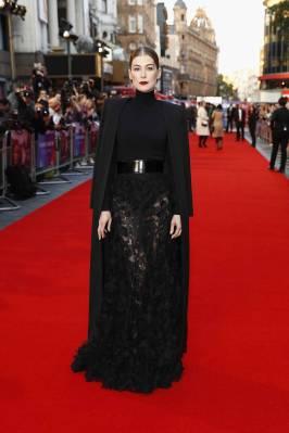 Rosamund Pike in Givenchy Haute Couture alla 'A Private War' Premiere
