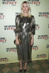 Rose Byrne in Les Coyotes de Paris, pump Prada, clutch Victoria Beckham alla The Lifespan of a Fact, New York.