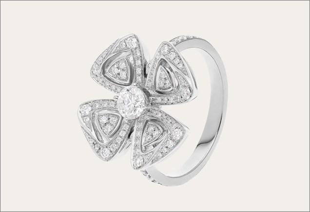 Anello in oro bianco e diamanti della collezione Fiorever Bulgari