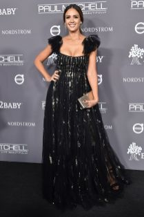 Jessica Alba in Valentino, scarpe e clutch Jimmy Choo al Baby2Baby Gala