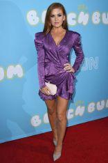 Isla Fisher in RaisaVanessa, gioielli Carelle e scarpe Casadei alla premiere of The Beach Bum.