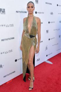 Joan Smalls in Oscar de la Renta e gioielli MEssika ai Daily Front Row Fashion Awards