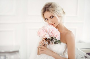 Gourgeous bride studio interior photo