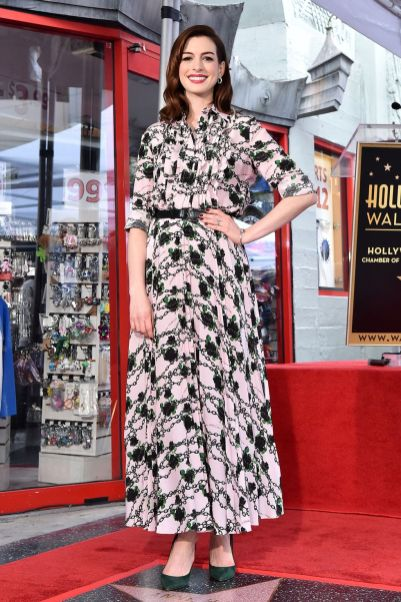 Anne Hathaway in Valentino all'Hollywood Walk of Fame.